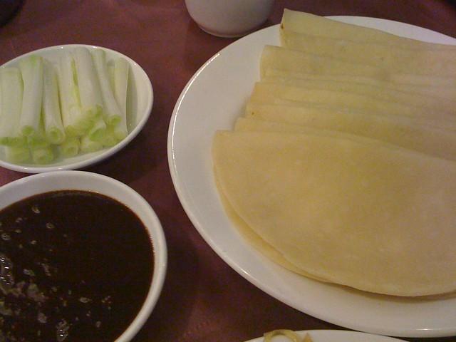 天廚菜館:烤鴨兩吃。烙得熱呼呼的餅皮,大蔥與甜麵醬