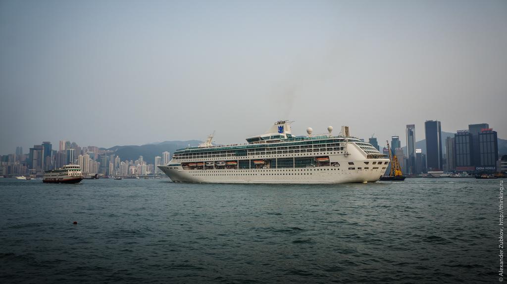 Круизный лайнер в заливе Виктория в Гонконге