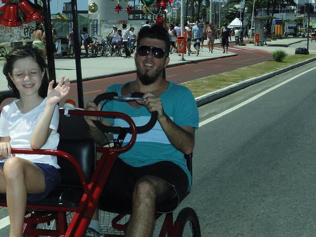 Alexandre Lima com sua filha em Camburi