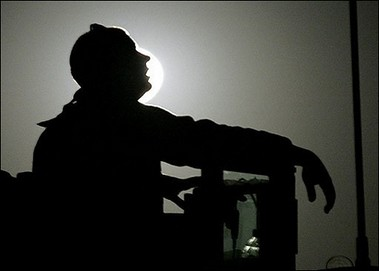 us_soldier_looks_at_sky