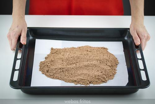 El triturado de almendras, azúcar y cacao