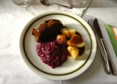 Rinderroulade mit Rotkraut & Salzkartoffeln / Beef roulade with red cabbage & potatoes