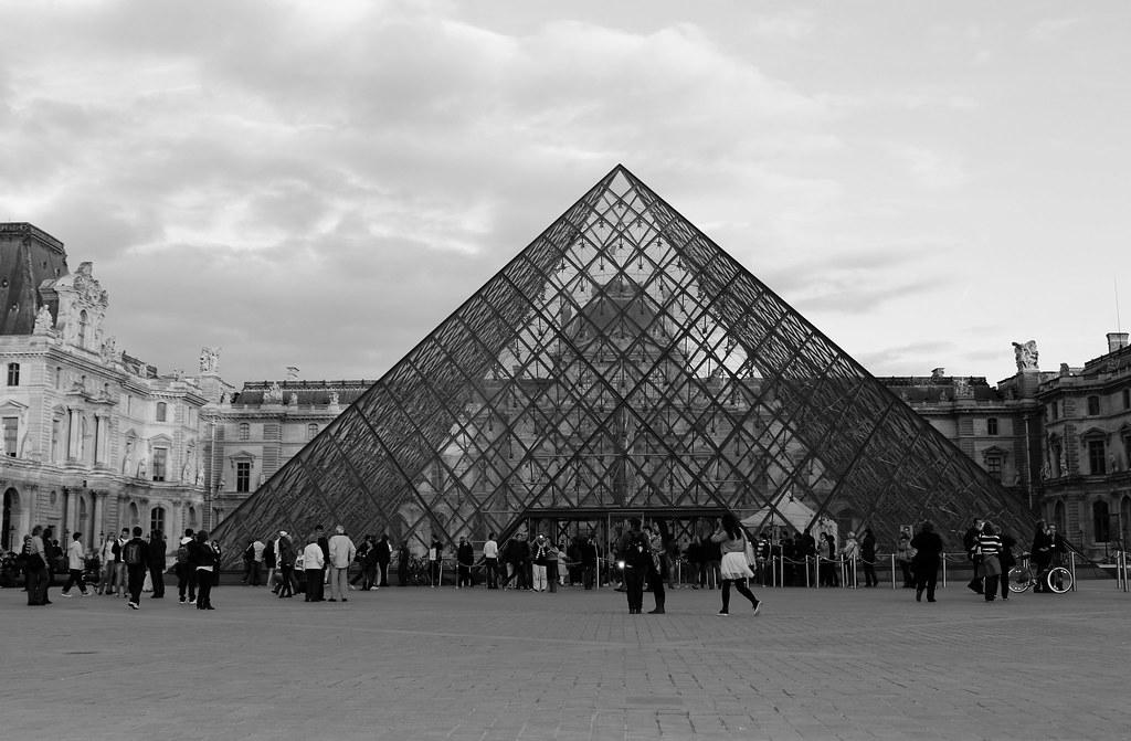 Glaspyramide vom Louvre in schwarz-weiß