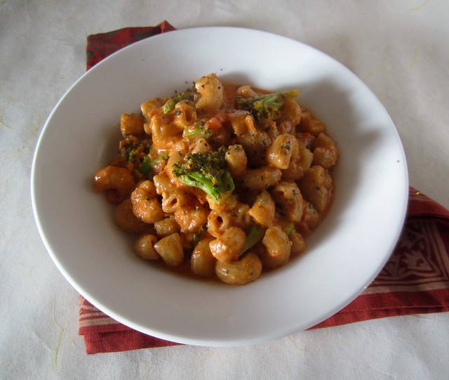 Whole-wheat Pasta in Roasted Red Bell-pepper sauce