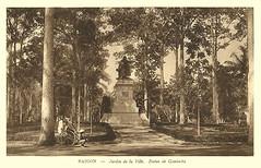 Pousse-Pousse devant la Statue Gambetta au Jardin de Ville