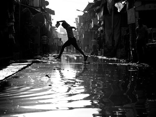 [フリー画像素材] 人物, 男性, 跳ぶ・ジャンプ, 街角, モノクロ, 風景 - インド ID:201301031200