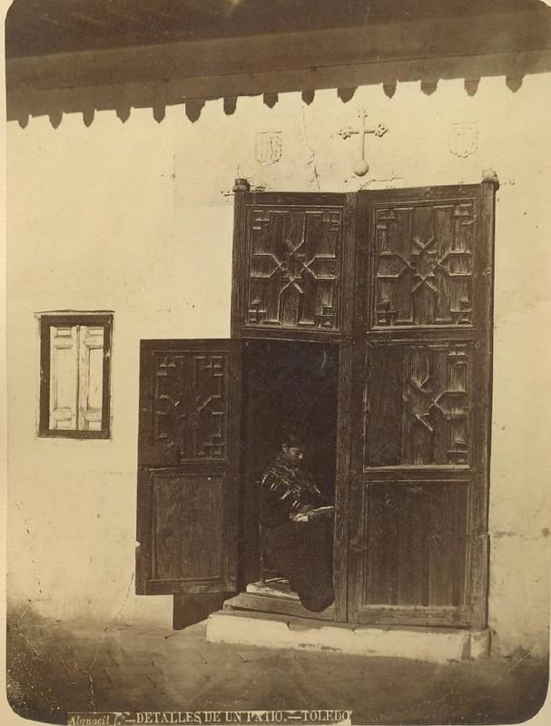 Patio de la casa que hoy es el Museo del Greco hacia 1875. Fotografía de Casiano Alguacil © Museo del Traje. Centro de Investigación del Patrimonio Etnológico. Ministerio de Educación, Cultura y Deporte