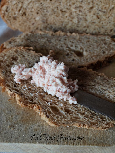 Crostini di pane nero con mousse di mortadella