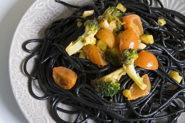 Pasta con brócoli, tomates cherry y ajetes