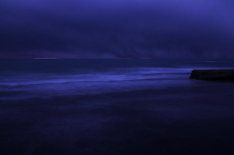 外房・岩船の月光に照る波