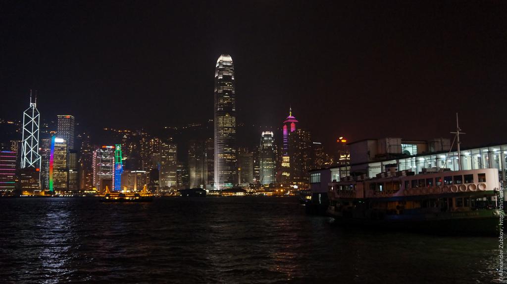 Ночная панорама Гонконга и паром
