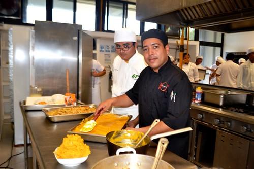 UTRM_Chef Rolando González muestra la preparación exacata de platillos panamaños a  estudiantes de gastronomía durante la muestra del Festival de Cultura del Caribe5