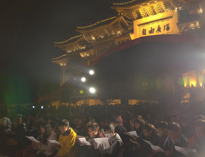 前一晚,氣溫持續下探的跨年夜,就開始有學生聚集在自由廣場上「跨年」,要求正視「中國因素」的介入並反對媒體壟斷。 (攝影:宋小海)