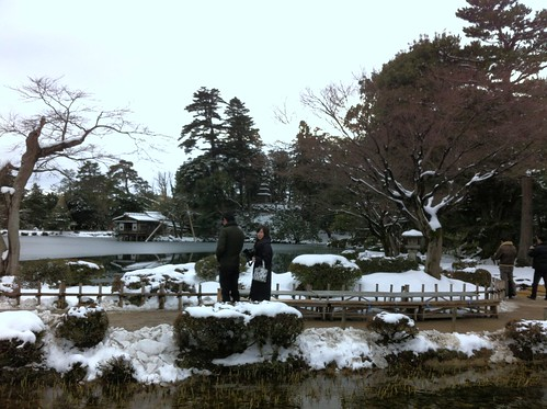 Couple walking past the Kasumiga-ike Pond at Kenroku-en
