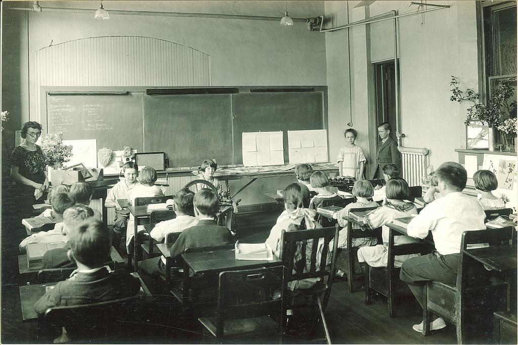 Afbeeldingsresultaat voor classroom in 1920