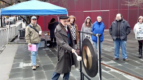 Councilmember Licata rings gong at event recognizing 2,736 people counted sleeping outside, a 5 percent increase over last year.