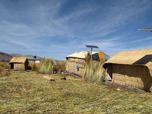 Lac Titicaca: les nouvelles maisons traditionnelles de notre île Uros et la cuisine au fond