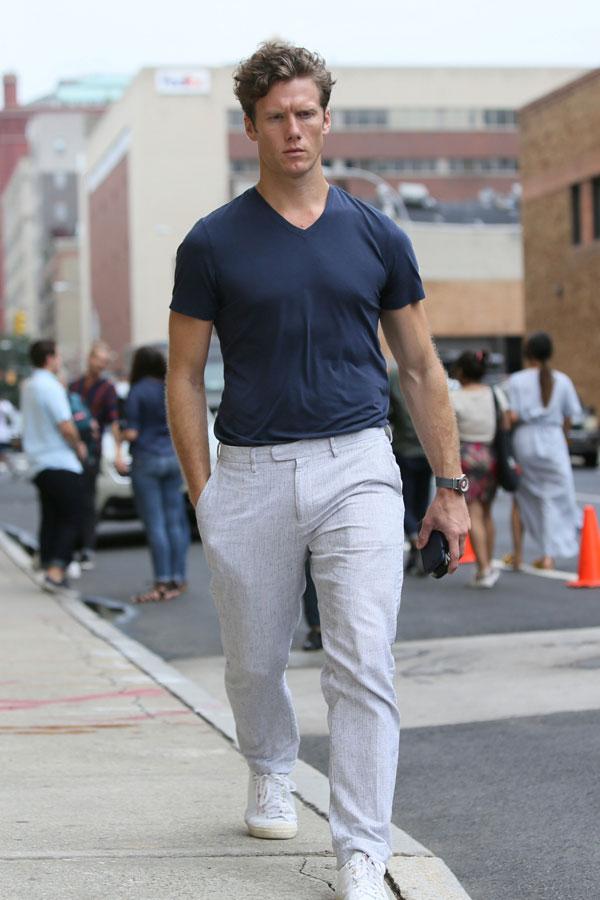 ネイビー無地Tシャツ×オフホワイトリネンパンツ×白ローカットスニーカー