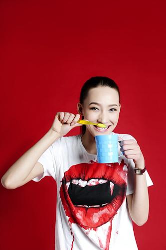[フリー画像素材] 人物, 女性 - アジア, 歯磨き, Tシャツ ID:201212260800