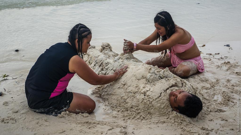 Веселые девчонки на пляже острова Боракай