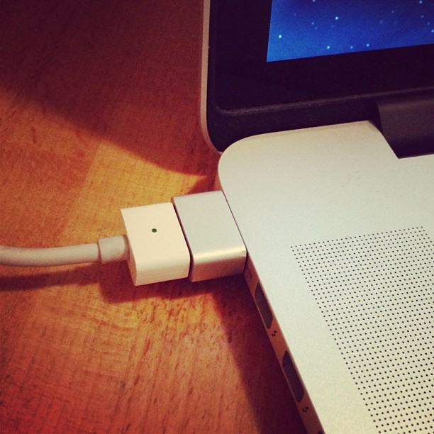 Перестала заряжаться батарея у MacBook Pro retina. Завтра пойду в Apple store чинить по гарантии.