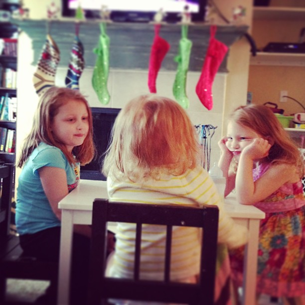 #aidkaid and #sawyergrace sitting with #reesey for the first time in a long time at the table #sistersarethebestmedicine #homeiswherethehealthis #gingerfight