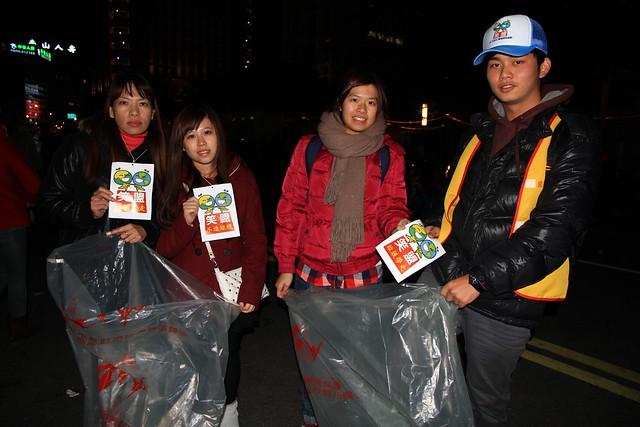 2013台北市跨年晚會-笑擁地球青年聯盟收垃圾-1-201301010047-賴鵬智攝