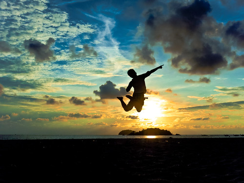 travel portrait sky sunrise thailand island jump tropical feeling lipe jumpshot jonnoj kholipe