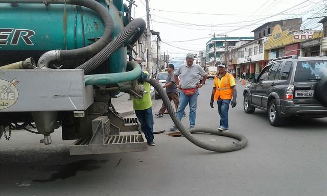 Aguas del Chuno limpia pozos de descargas en la ciudad