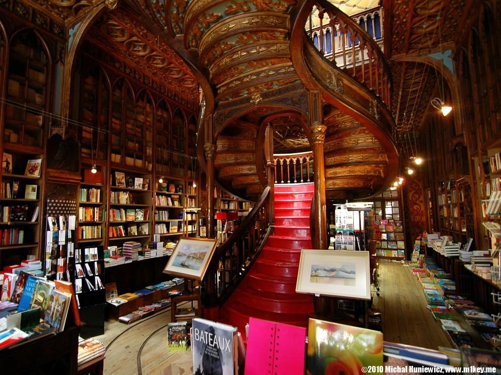 A l'intérieur de l'une des plus belles librairies au monde : Livraria Lello à Porto - Photo de Michał Huniewicz