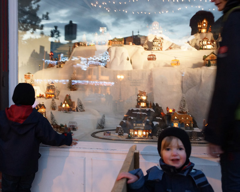 boy-xmas-window-cherbourg-2012-02658