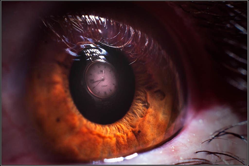 El reloj reflejado en el ojo