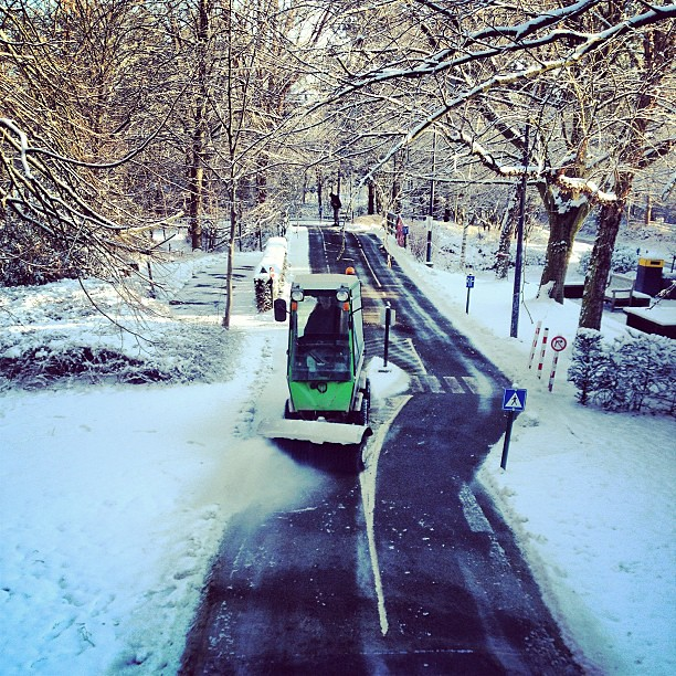 Ook de wegen van het verkeerspark worden sneeuwvrij gemaakt ... #provdom #leuven #seemyleuven