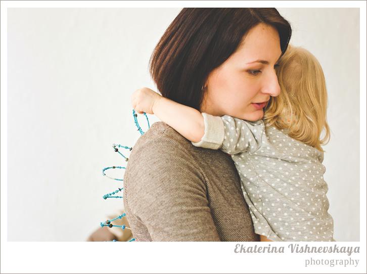 фотограф Екатерина Вишневская, хороший детский фотограф, семейный фотограф, домашняя съемка, студийная фотосессия, детская съемка, малыш, ребенок, съемка детей, фотография ребёнка, девочка, красота, милый ребёнок, мама, материнство, семья, забота, объятья, браслет, нежность, горошек, родители, фотограф москва