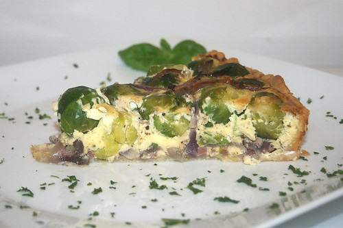 43 - Rosenkohl-Quiche mit karamellisierten roten Sherry-Zwiebeln / Brussels sprouts quiche with caramelized red onions - CloseUp