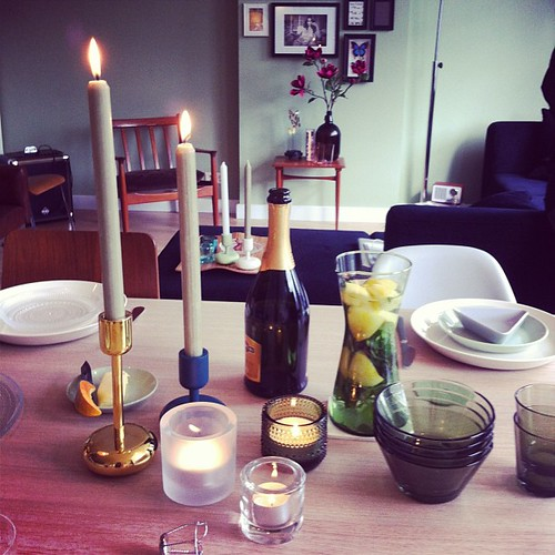 The best way to spend my Sunday: at home with friends & good food! #drinks #candlelight #iittala #story154 #food #iittalaspring #friends #love