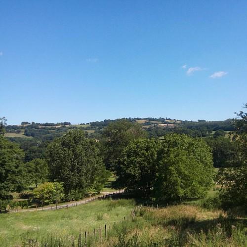 De la salle des fêtes à l'église, c'est une sacrée descente ! Ce qui n'empêche pas d'admirer les collines sous un très beau ciel bleu  #iloveit #belmontisere #38 #natura #natureaddict #nature #calme #verdure #rhonealpes #auvergnerhonealpes #isere  #Isère