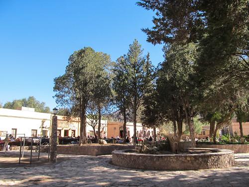 Purmamarca: la Plaza Centrale entourée du marché artisanal pour touristes