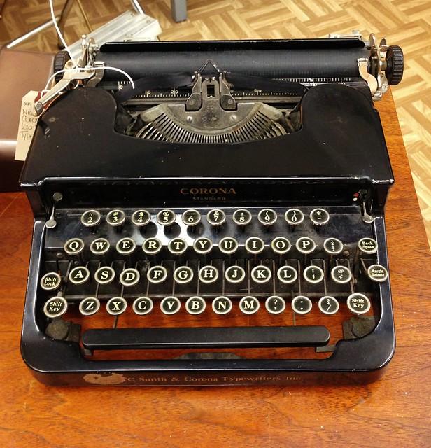 corona typewriter via homeologymodernvintage.com
