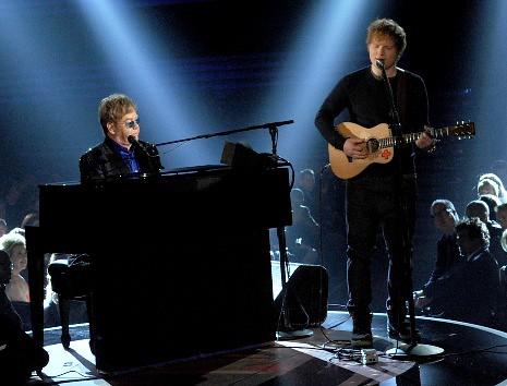 Elton John en el piano y Ed Sheeran en la guitarra. Premios Grammy, versión 55, febrero 10 de 2013, Staples Center, Los Angeles, California, Estados Unidos. Foto cortesía Canal TNT.