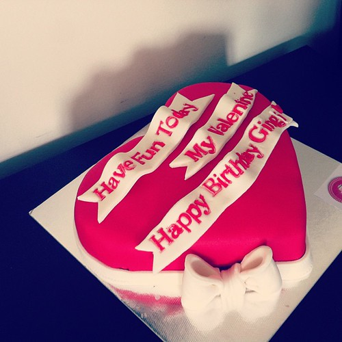 #valentinesdaycake #birthdaycake #heartcake #sugarart #sugarpaste by l'atelier de ronitte