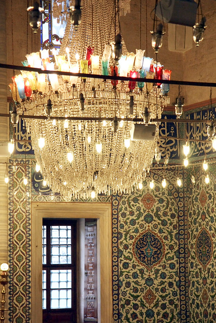 Lovely tulip shaped chandelier in Selimiye Mosque, Edirne, Turkey エディルネ、セリミエ・モスクのシャンデリア