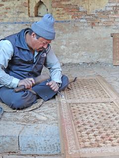Artisan sculpteur sur bois tibétain