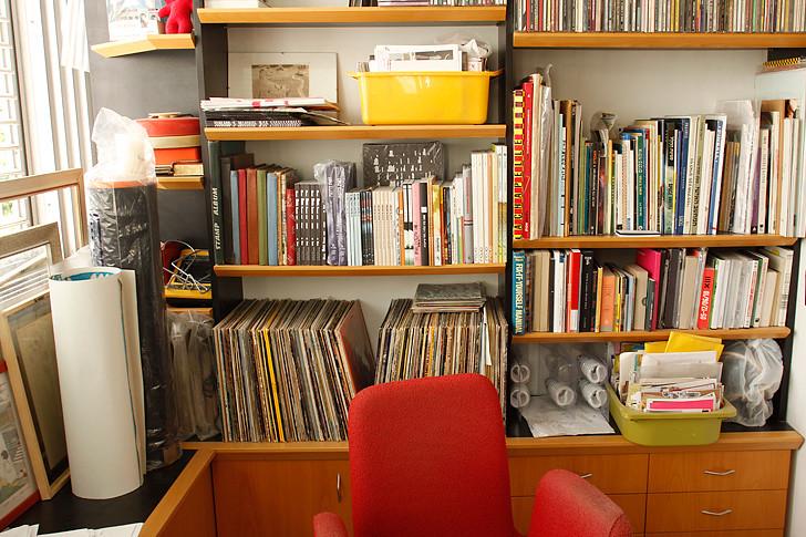 מדפי ספרים עמוסים בהפתעות