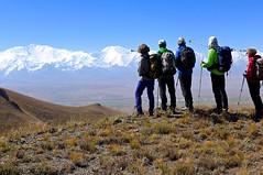 Blick vom Alai-Gebirge über das Pamir-Hochplateau auf den Pamir mit Pik Lenin, 7134 m. Foto: Günther Härter.