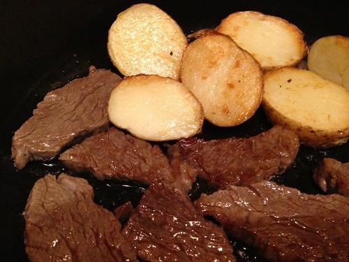 ストウブレシピ 牛肉ステーキと焼きポテト