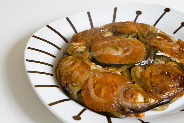 Berenjena con tomate y cebolla al horno