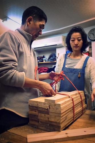老師發放有緣木,大炳老師旁邊的是首席助理友欣。