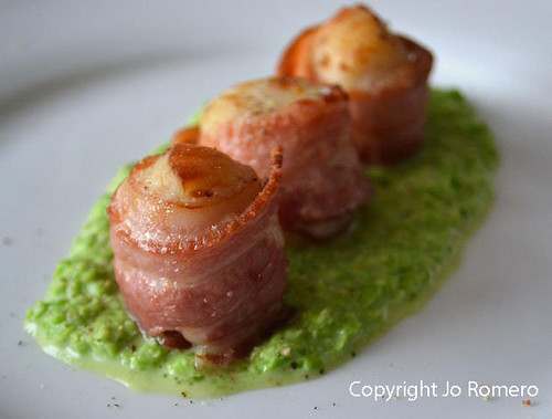 bacon-wrapped-scallops-on-pea-puree