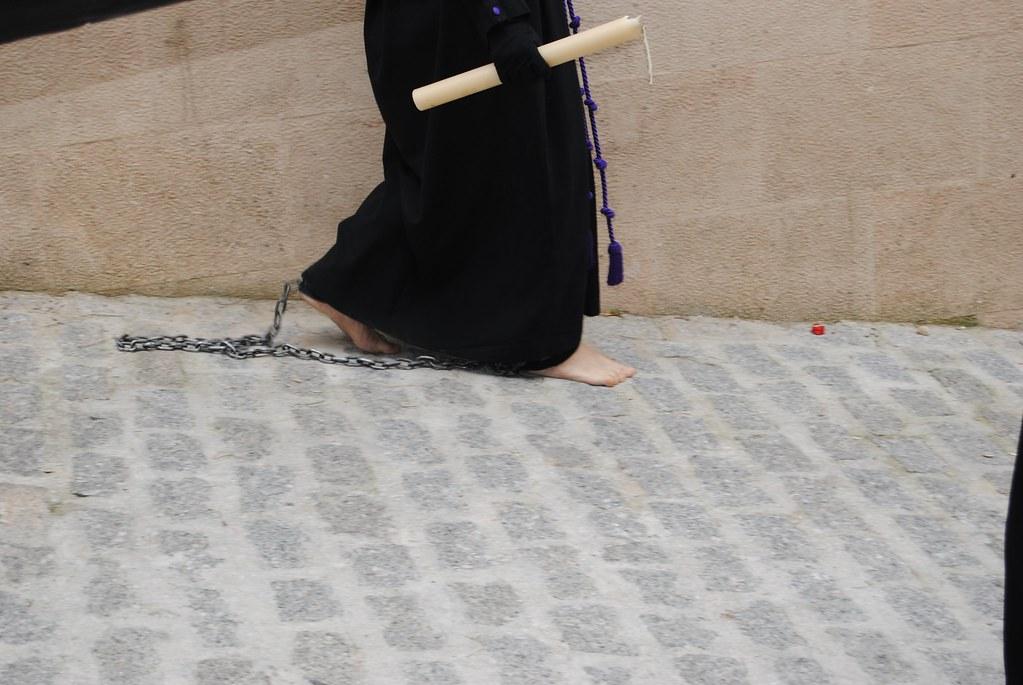 Detalle de una penitencia descalza de Los Negros camino de la ermita de San Benito. FOTO: ÁNGEL MEDINA LAÍN